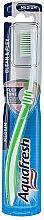 Духи, Парфюмерия, косметика Зубная щетка средней жесткости, салатовая - Aquafresh Clean & Flex