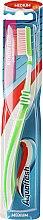 Духи, Парфюмерия, косметика Зубная щетка средней жесткости, зеленая - Aquafresh Between Teeth Medium