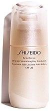 Духи, Парфюмерия, косметика Защитная дневная эмульсия против старения кожи - Shiseido Benefiance Wrinkle Smoothing Day Emulsion SPF 20